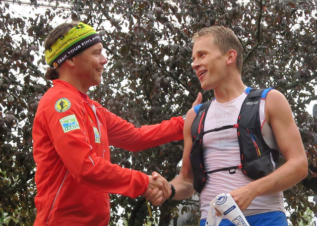 Kuvassa kilpailunjohtaja Terho Lahtinen onnittelee vuoden 2015 Nuuksio Classicin miestensarjan voittajaa Henri Ansiota